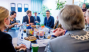 Koning Willem-Alexander tijdens het bezoek aan Thuis Wageningen. De koning bezoekt het project in het kader van de Samen Doen #krachtvansamen, dat burgerinitiatieven stimuleert. <br /> <br /> King Willem-Alexander during the visit to Thuis Wageningen. The king visits the project in the context of the Samen Doen #krachtvansamen, which stimulates citizens' initiatives.