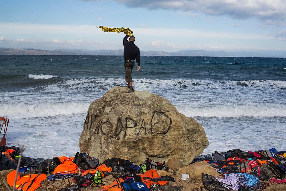 GRIECHENLAND, Lesbos, Efthalou, 31.10.2015 / Mit zunehmenden Herbststuermen wird auch die Ueberfahrt aus der Tuerkei nach Lesbos immer schwieriger. Trotzdem versuchen jeden Tag Hunderte von Menschen die gefaehrliche Ueberfahrt. Hier versucht ein norwegischer Volunteer ein ankommendes Fluechtlingsboot an einen sicheren Strandabschnitt zu lotsen.