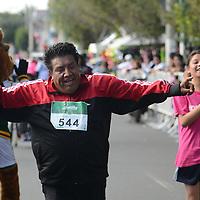 Toluca, México.- Con la participacion de más de mil corredores se llevó acabo la décima edición de la carrera atletica de la facultad de Medicina de la UAEM, recorriendo 5 y 10 Km por la principales calles de la capital mexiquense. Agencia MVT / Arturo Hernández.