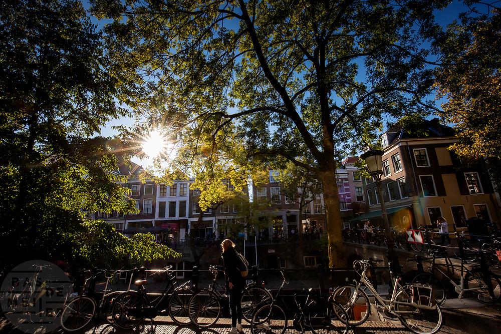In Utrecht parkeert een meisje haar fiets aan de Oudegracht.<br /> <br /> In Utrecht a girls parks her bike at the Oudegracht.