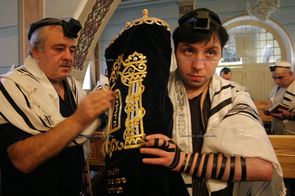 Religious jewish georgian during the morning prayer in the synagogue of Tbilisi - Georgia. Religiöse Juden während des Morgengebets in der Synagoge von Tiflis - Georgien. © images.de/ Timo Vogt