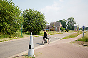 Fietsers passeren de Nederlands-Belgische grens bij Budel-Schoot (NL) en Hamont (B). <br /> <br /> Cyclists pass the Dutch Belgium border between Budel-Schoot and Hamont.