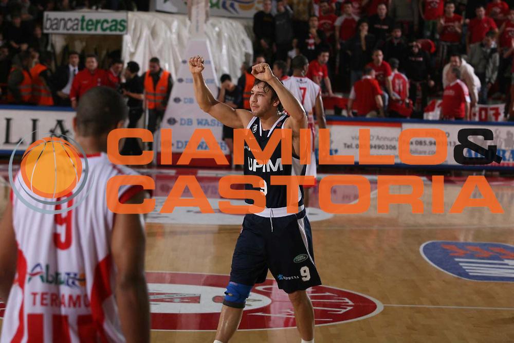 DESCRIZIONE : Teramo Lega A1 2007-08 Siviglia Wear Teramo Upim Fortitudo Bologna <br /> GIOCATORE : Davide Lamma <br /> SQUADRA : Upim Fortitudo Bologna <br /> EVENTO : Campionato Lega A1 2007-2008 <br /> GARA : Siviglia Wear Teramo Upim Fortitudo Bologna <br /> DATA : 05/01/2008 <br /> CATEGORIA : Esultanza <br /> SPORT : Pallacanestro <br /> AUTORE : Agenzia Ciamillo-Castoria/G.Ciamillo
