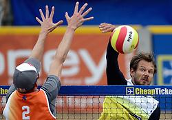 16-08-2014 NED: NK Beachvolleybal 2014, Scheveningen<br /> Reinder Nummerdor slaat de bal langs het blok van Robert Meeuwsen