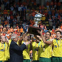 DEN HAAG - Rabobank Hockey World Cup<br /> 38 Final: Australia - Netherlands<br /> Australia wins and is World Champion.<br /> Foto: Leandro Negre gives the cup to Mark Knowles.<br /> COPYRIGHT FRANK UIJLENBROEK FFU PRESS AGENCY