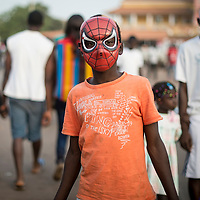 02/03/2014. Bissau. Guinée Bissau. Des Bissau-Guinéens se promènent autour de la place Imperio pendant la fête de Carnaval. ©Sylvain Cherkaoui pour JA.