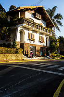 Casa com arquitetura em estilo alpino, típica da cidade. Treze Tílias, Santa Catarina, Brasil. / House in alpine style architecture, typical of the city. Treze Tilias, Santa Catarina, Brazil.