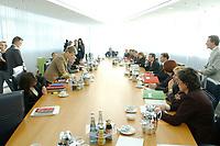 02 OCT 2002, BERLIN/GERMANY:<br /> Uebersicht Verhandlungstisch mit Verhandlungsgruppen vor Beginn einer Verhandlungsrunde der Koalitionsverhandlungen zwischen SPD und Buendnis 90 / Die Gruenen, Willy-Brandt-Haus<br /> IMAGE: 20021002-01-030<br /> KEYWORDS: Saal, Übersicht,