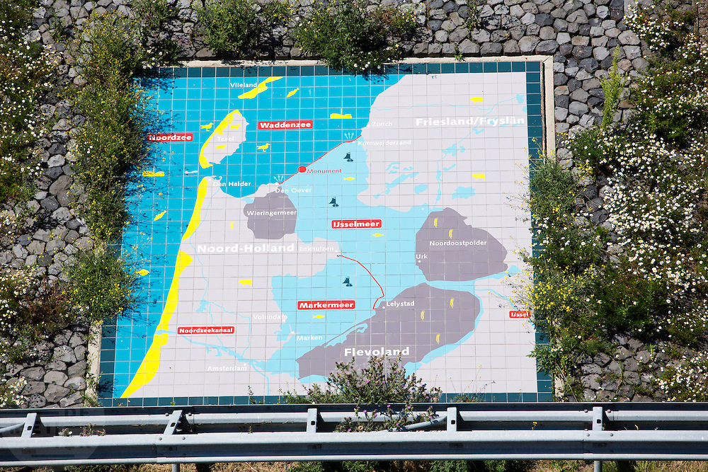 In 1932 werd de opening tussen de Waddenzee en de toenmalige Zuiderzee gesloten. Nu is het een belangrijke verkeersader tussen Friesland en Noord-Holland en scheidt het de Waddenzee met het IJsselmeer.<br /> <br /> In 1932, the gap between the Wadden Sea and the former Zuiderzee closed by the Afsluitdijk. Now it is a major thoroughfare between Friesland and North Holland and it separates the Wadden Sea from the IJsselmeer.