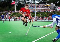 ZEIST - Hoofdklasse heren; Schaerweijde-Kampong (1-2). Just van den Broek ontwijkt bal.  Foto KOEN SUYK.