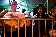 Una famiglia in attesa della registrazione al One Stop Center di Presevo   A family standing by for recording to the One Stop Center in Presevo