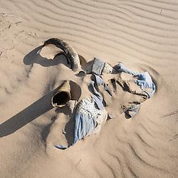 Corno de gado e um pano parecem a cabeça de um búfalo sobre as dunas do deserto do Namibe. Província do Namibe. Angola