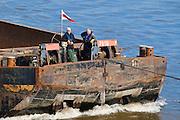 Schleppkahn auf Elbe, Dresden, Sachsen, Deutschland.|.Ship on river Elbe, Dresden, Germany