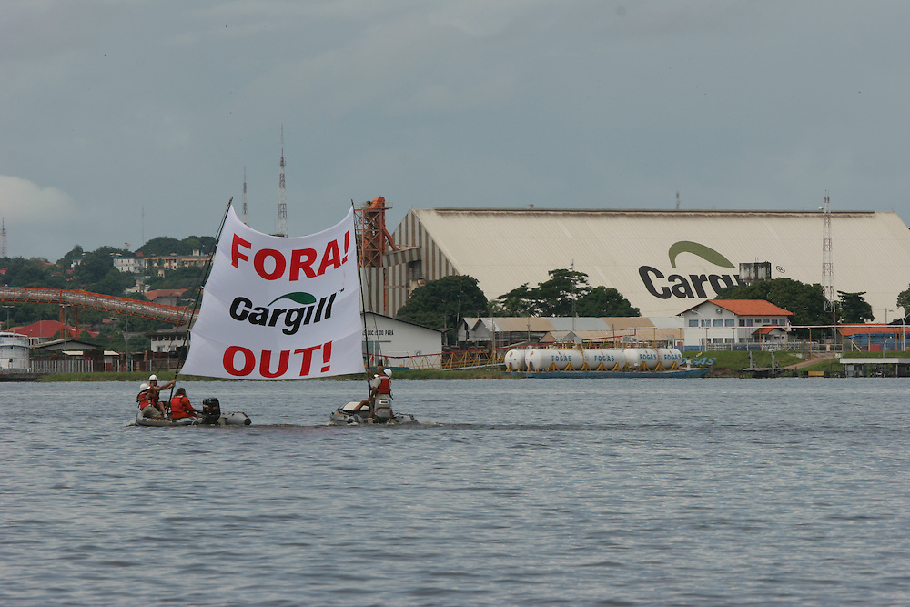 May 17th 2006. Santarem (Para State, Brazil)..Activists from the MY Arctic Sunrise deployed a banner in front of Cargill soy facility in Santarem. Employees confronted them on board 2 boats.