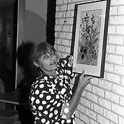 NLD/Huizen/19940930 - Loes van Velzen richt expositie in 3 in 1 in Huizen
