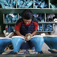 San Mateo Atenco, Mex.- Taller familiar donde de manera artesanal se elabora calzado y que tienden a cerrar a causa de la falta de apoyos economicos y entrada de productos asiaticos. Agencia MVT / Mario Vazquez de la Torre. (DIGITAL)<br /> <br /> <br /> <br /> <br /> <br /> <br /> <br /> NO ARCHIVAR - NO ARCHIVE