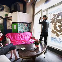 Nederland, amsterdam , 19 augustus 2011..De huiskamer van kraakpand Vrankrijk in de Spuistraat..Bewoners vanHet kraakpand willen hun drankvergunning terug..Foto:Jean-Pierre Jans