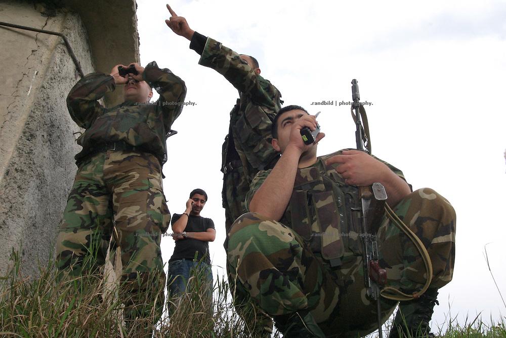Georgische Soldaten beobachten das Niemandsland zwischen Georgien und Süd-Ossetien. Ein Checkpoint georgischer Truppen an der Grenze zur international nicht anerkannten Republik Süd-Ossetien. Als die Sowjetunion Anfang der 1990er zerfiel, erklärte sich Süd-Ossetien unabhängig und spalte sich von Georgien ab. Den anschliessenden Krieg gewannen die Süd-Osseten. Seit dem kommt es immer wieder zu bewaffneten und unbewaffneten Zwischenfällen. A checkpoint of the georgian military at the borderline of the unrecognized Republic of South-Ossetia. During the breakdown of the Sowjet-Union South-Ossetia split off Geogia and declared itself as independent. They won the following war between them and Georgia. South-Ossetia is an international unrecognized state.