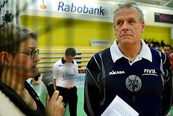 30-12-2014 NED: Eurosped Volleybal Experience Afscheid Frans Loderus, Almelo<br /> Voor de finale Benfica - Landstede Volleybal werd scheidsrechter Frans Loderus bedankt door Siny Pots voor zijn jarenlange trouwe dienst op het toernooi.