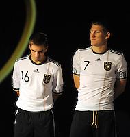 Fussball Nationalmannschaft :  Saison   2009/2010   10.11.2009 ADIDAS WM 2010 Trikot Vorstellung (Teamgeist) Praesentation der Trikots mit Philipp Lahm und Bastian Schweinsteiger (v. li.)