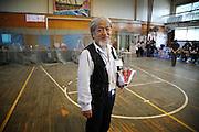 Yoshiaki SHOJI était comptable et conseillé municipal dans une autre vie. Ce jour-là rien ne le prédestinait à assumer de telles fonctions et une si grande responsabilité en terme de protection et daccompagnement humain.  Son rôle aujourdhui sétablit dans lorganisation du centre au niveau du confort, de lalimentation, de la santé, et lorsque cest possible, du loisir  des résidents. Il supervise aussi les travaux de nettoyage et de déblaiement réalisés chaque jour par les sinistrés eux-mêmes et par les volontaires venus des autres régions du Japon. Mais lorsquon lui demande quelles sont ses fonctions, il répond avec une certaine humilité quil soccupe simplement des gens qui sont ici. Il accomplit avec passion cette tâche sans un seul jour  de repos depuis le 11mars et sans en voir laperçu dun seul avant longtemps.