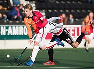 AMSTELVEEN - Mink van der Weerden (Oranje-Rood) op weg naar 0-1 tijdens de hoofdklasse hockeywedstrijd AMSTERDAM-ORANJE ROOD (4-5). rechts Caspar Horn (A'dam) . COPYRIGHT KOEN SUYK