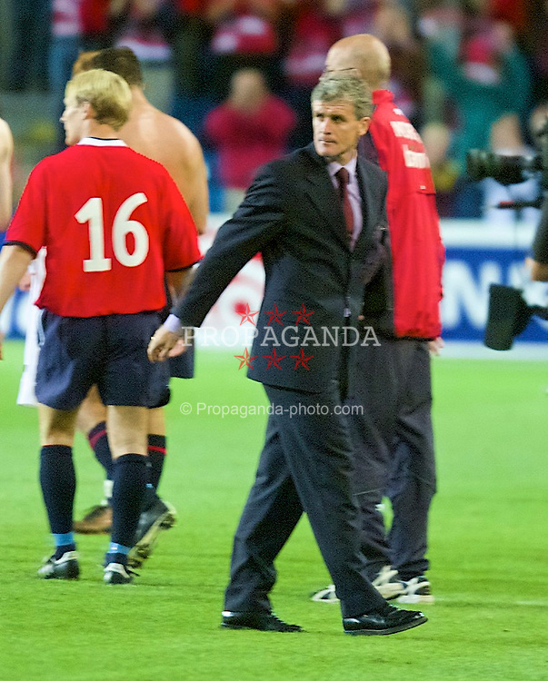 OSLO, NORWAY - Wednesday, September 5, 2001: Wales' manager Mark Hughes looks dejected after his side lose 3-2 to Norway during the FIFA World Cup 2002 Qualifying Group 5 match at the Ullevaal Stadion. (Pic by David Rawcliffe/Propaganda)
