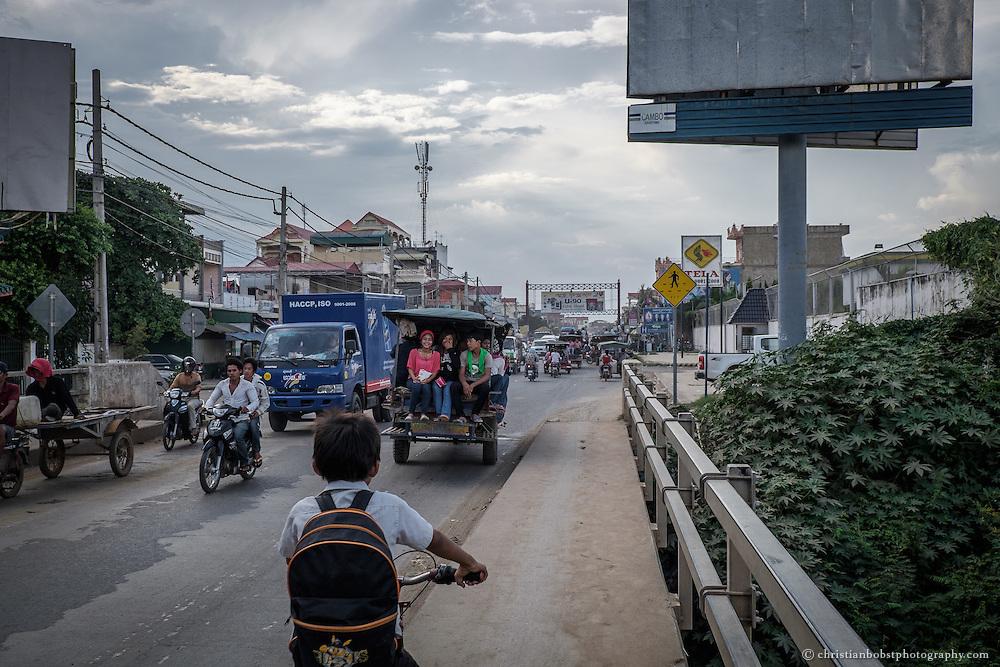 Schon am Stadtrand von Pnomh Penh herrscht das typische Verkehrschaos asiatischer Städte.