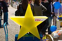 DEU, Deutschland, Germany, Berlin, 23.05.2019: Verteilaktion an einem Wahlkampfstand der CDU auf dem Wittenbergplatz anlässlich der bevorstehenden Europawahl. Gelber Stern mit CDU Logo.