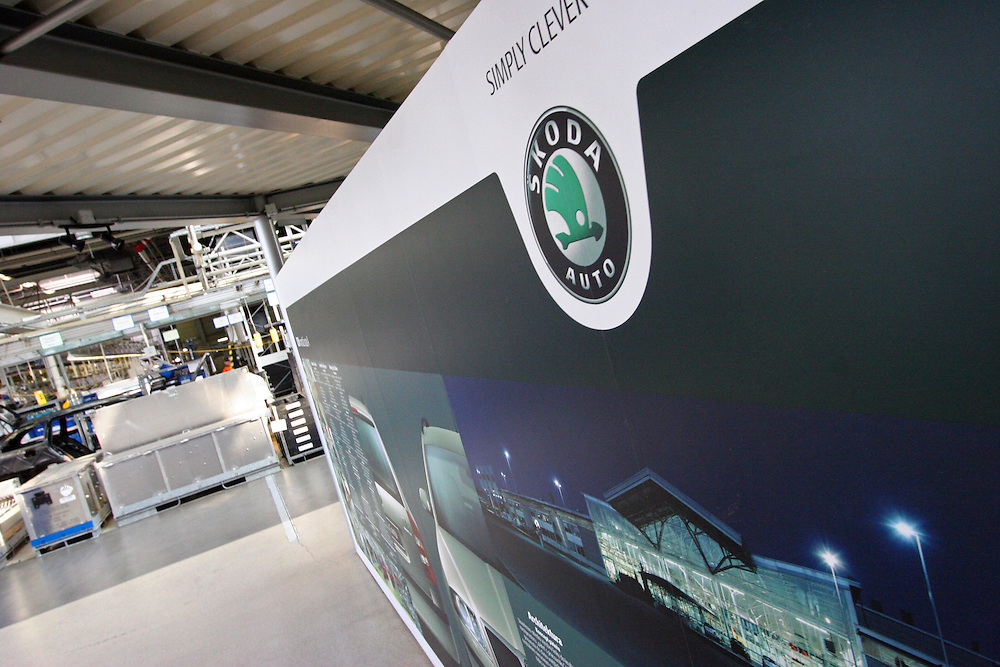 Mlada Boleslav/Tschechische Republik, Tschechien, CZE, 16.03.07: Dekoration in einer Fertigungshalle in welcher Skoda Octavia Autos montiert werden, dies in der Skoda Auto Fabrik in Mlada Boleslav. Der tschechische Autohersteller Skoda ist ein Tochterunternehmen der Volkswagen Gruppe.<br /> <br /> Mlada Boleslav/Czech Republic, CZE, 16.03.07: View over Skoda Auto decoration sign on assembly plant of Octavia vehicle models at Skoda car factory in Mlada Boleslav. Czech car producer Skoda Auto is subsidiary of the German Volkswagen Group (VAG).