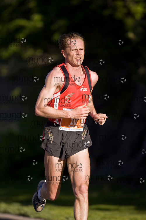 Ottawa, Ontario ---25/05/08--- Evgeni Bozhko runs during the ING Ottawa Marathon, May 26, 2008..GEOFF ROBINS /