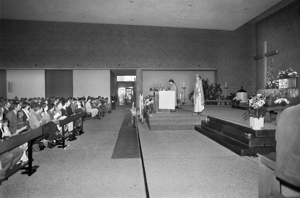 Nederland, Wijchen, 10-5 1979Kinderen doen de eerste heilige communie. In het christendom de feestelijke gelegenheid dat iemand voor het eerst nadert tot de Eucharistie. De eerste communie maakt deel uit van de initiatiesacramenten en dient voorafgegaan te worden van de eerste biecht.