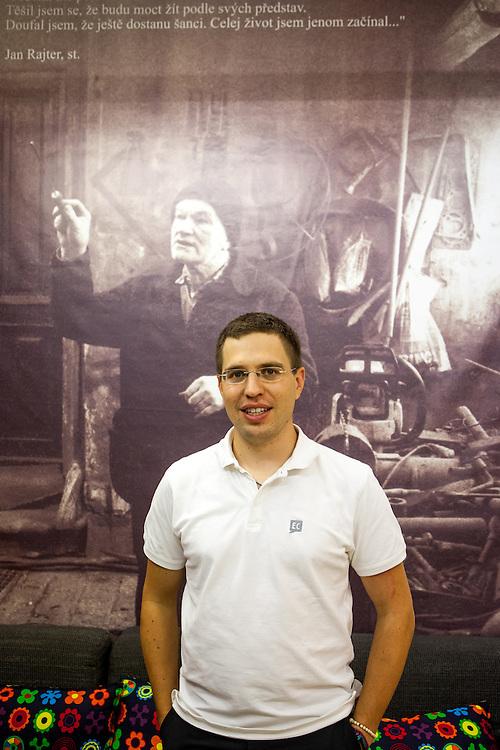 """Rechtsanwalt und Programm Direktor des """"Environmental Law Service"""" Pavel Franc im Büro der Organisation in Brünn. Franc steht vor einer Fotografie des Bauern Jan Rajter einem seiner ersten wichtigen Fälle - """"Farmer Rajter's Story - from Collectivisation to Globalisation""""."""