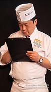 Le juge de la All Japan Sushi Academy  (AJSA) note les participants au cours de la troisième édition du championnat de France des sushis