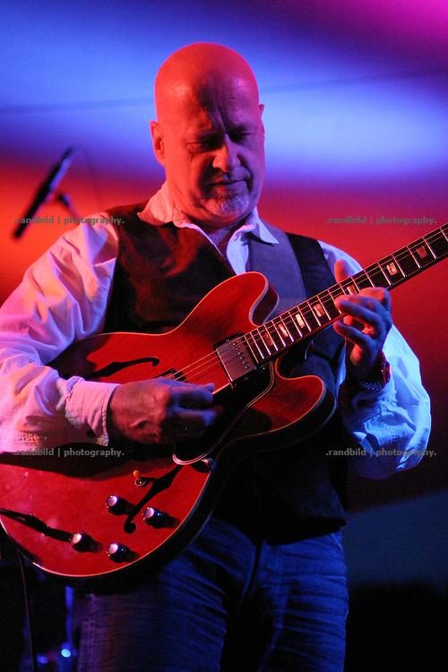 """Altrocker und Gitarrist Alex Conti bei einem Live-Auftritt der lengaederen Rockband """"Lake"""" im wendlaendischen Muetzingen."""