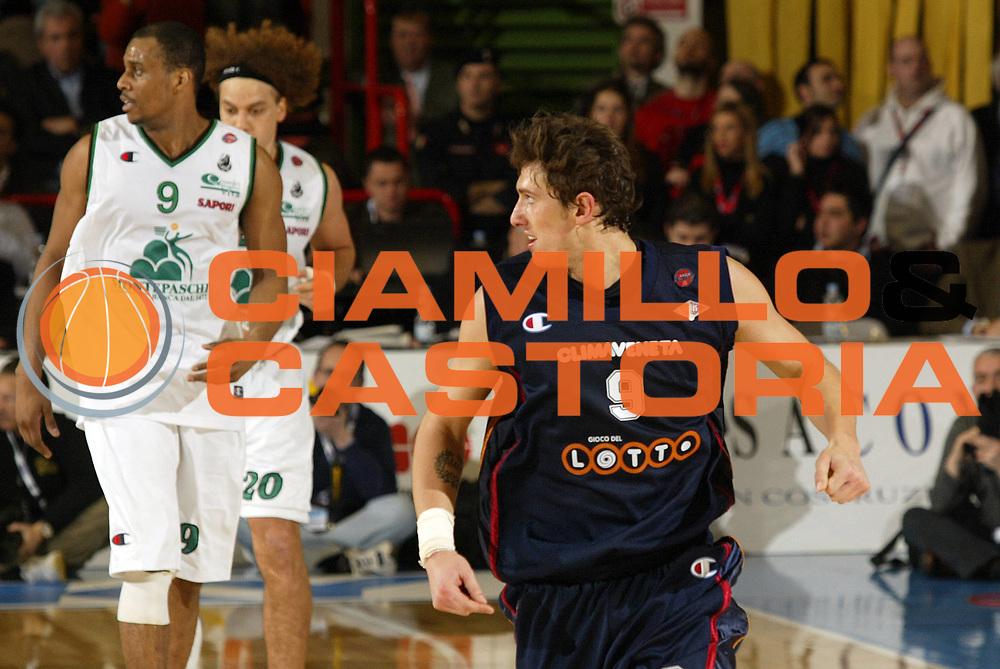 DESCRIZIONE : Forli Lega A1 2005-06 Copps Italia Final Eight Tim Cup Montepaschi Siena Lottomatica Virtus Roma<br /> GIOCATORE : Righetti<br /> SQUADRA : Lottomatica Virtus Roma<br /> EVENTO : Campionato Lega A1 2005-2006 Coppa Italia Final Eight Tim Cup Semi Finale<br /> GARA : Montepaschi Siena Lottomatica Virtus Roma<br /> DATA : 18/02/2006<br /> CATEGORIA : Esultanza<br /> SPORT : Pallacanestro<br /> AUTORE : Agenzia Ciamillo-Castoria/E.Pozzo