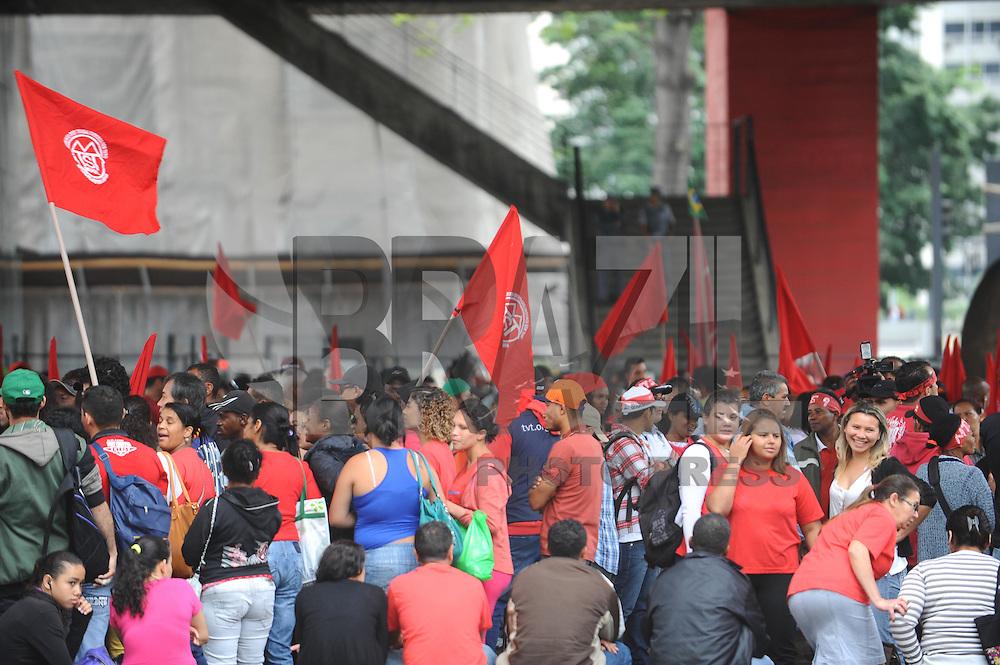 SAO PAULO, SP, 11.12.2013 - Concentração de integrantes do Movimento dos Trabalhadores Sem Teto (MTST), no vão livre do Masp, na Avenida Paulista, em São Paulo (SP), para realização de um protesto por moradia, na manhã desta quarta-feira (11). Foto: Adriano Lima / Brazil Photo Press).