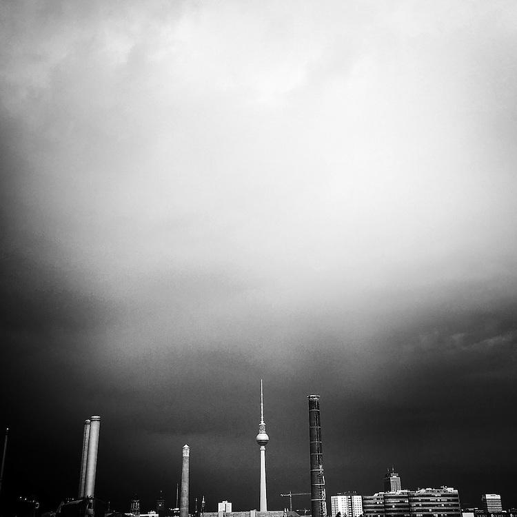 Germany - Deutschland - Mobile Digital Diary BERLIN (photos taken with iPhone) HIER: Blick über Berlin-Mitte, Fernsehturm am Alex, Eisfabrik, Kraftwerk;  Berlin, 13.07.2016; © Christian Jungeblodt