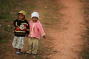 Bambini per mano abbigliati in modo colorato