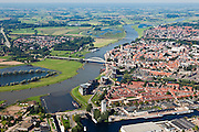 Nederland, Overijsssel, Deventer, 06-09-2010; IJssel, met de wijk het Pothoofd in de voorgrond. Op de westelijke (linker) IJsseloever, tienen beide bruggen, de wijk De Hoven (of de Worp), in kader van Ruimte voor de Rivier moet hier een hoogwatergeul aangelegd worden.IJssel, with the district Pothoofd in the foreground. On the western (left) shore, between the two bridges, a flood channel will be build to reduce the water level during heigh waters.luchtfoto (toeslag), aerial photo (additional fee required).foto/photo Siebe Swart