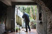 BARCELLONE POZZO DI GOTTO (ME), ITALIA - 20 FEBBRAIO 2015: Fabio Conti (45 anni) pulisce il pavimento nel terrazzo di accesso al giardino, nella Casa di Solidarietà e di Accoglienza di Don Pippo Insana a Barcellona Pozzo di Gotto il 20 febbraio 2015.