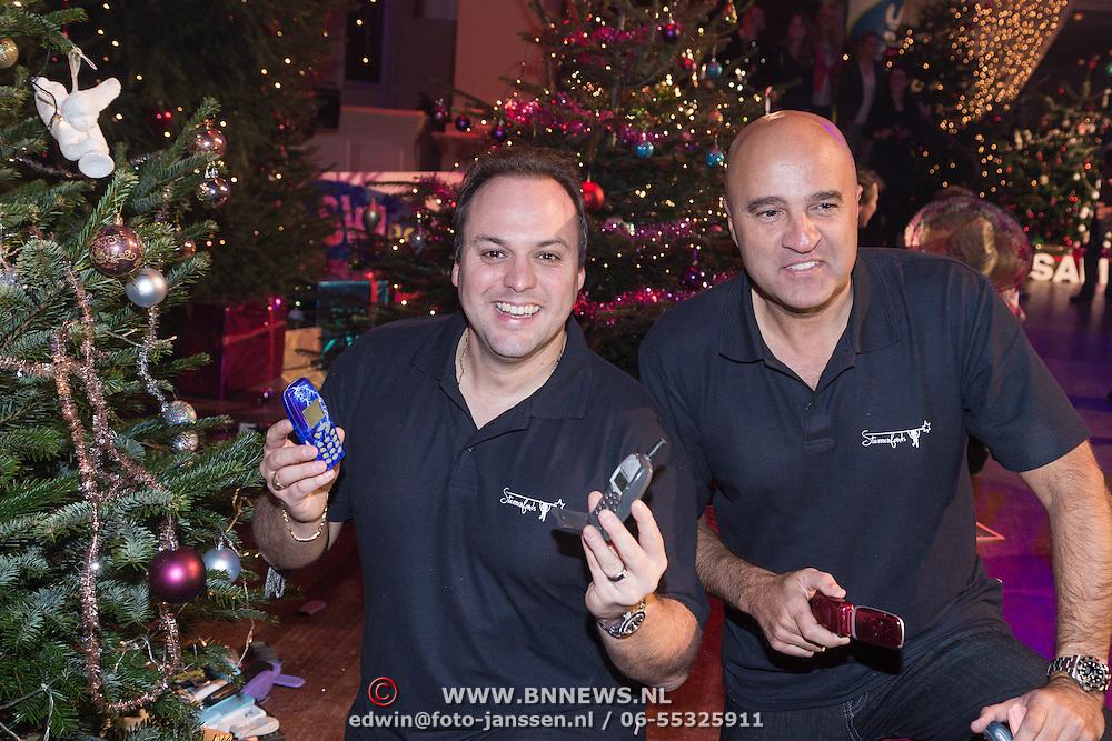 NLD/Hilversum /20131210 - Sky Radio Christmas Tree For Charity 2013, Frans Bauer en John van den Heuvel veriseren hun kerstboom