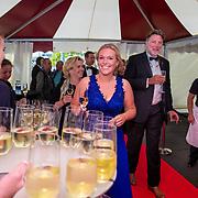 NLD/Amsterdam/201905225 - Amsterdamdiner 2019, gasten worden verwelkomd met champagne