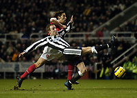 Fotball<br /> Premier League 2004/05<br /> Newcastle v Arsenal<br /> 29. desember 2004<br /> Foto: Digitalsport<br /> NORWAY ONLY<br /> Newcastle's Lee Bowyer stretches to deny Arsenal's Robert Pires a shot on goal