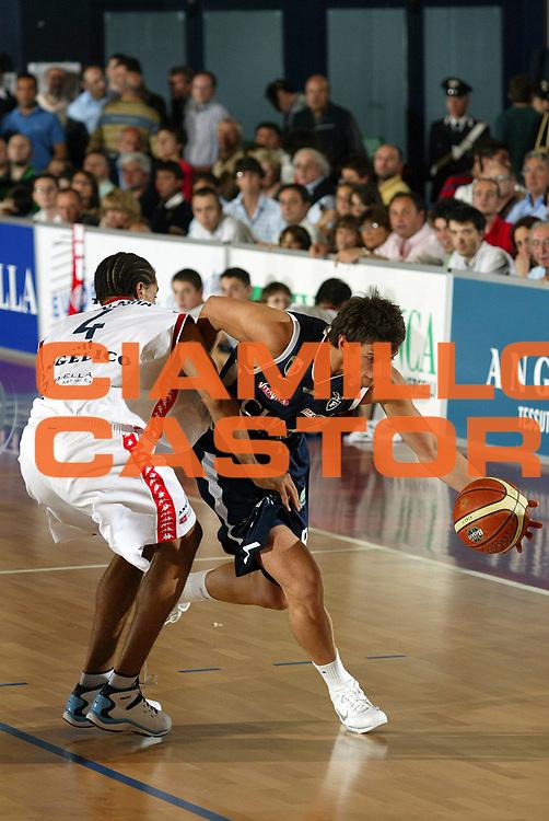 DESCRIZIONE : Biella Lega A1 2005-06 Play Off Quarti Finale Gara 4 Angelico Biella Climamio Fortitudo Bologna <br /> GIOCATORE : Belinelli<br /> SQUADRA : Climamio Fortitudo Bologna <br /> EVENTO : Campionato Lega A1 2005-2006 Play Off Quarti Finale Gara 4 <br /> GARA : Angelico Biella Climamio Fortitudo Bologna <br /> DATA : 26/05/2006 <br /> CATEGORIA : Penetrazione<br /> SPORT : Pallacanestro <br /> AUTORE : Agenzia Ciamillo-Castoria/E.Pozzo<br /> Galleria : Lega Basket A1 2005-2006 <br /> Fotonotizia : Biella Campionato Italiano Lega A1 2005-2006 Play Off Quarti Finale Gara 4 Angelico Biella Climamio Fortitudo Bologna <br /> Predefinita :
