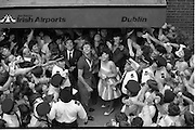 1983-15-08.15th August 1983.15-08-1983.08-15-83..Photographed at Dublin Airport..Looking to the Heavens:..Eamonn Coughlan with his wife Yvonne receive the adulation of wellwishers on his return from the World Athletic Championships in Helsinki, Finland.