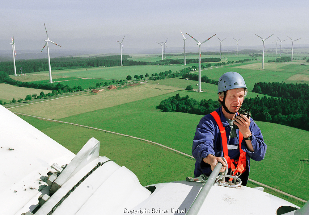 DEUTSCHLAND : Ein Techniker wartet eine Windkraftanlage in einem Windpark in der Eifel . / Windenergie.GERMANY : An engineer maintaining a windmill in a windpark . / Wind energy.25.06.2003.Foto © by : Rainer UNKEL.                   Tel.: (0)228 / 477211 , Fax: (0)228 / 477212