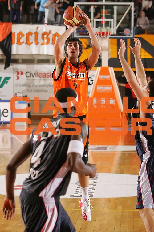 DESCRIZIONE : Udine Lega A1 2006-07 Snaidero Udine Eldo Napoli <br /> GIOCATORE : Zacchetti <br /> SQUADRA : Snaidero Udine <br /> EVENTO : Campionato Lega A1 2006-2007 <br /> GARA : Snaidero Udine Eldo Napoli <br /> DATA : 07/01/2007 <br /> CATEGORIA : Tiro <br /> SPORT : Pallacanestro <br /> AUTORE : Agenzia Ciamillo-Castoria/S.Silvestri <br /> Galleria : Lega Basket A1 2006-2007 <br /> Fotonotizia : Udine Campionato Italiano Lega A1 2006-2007 Snaidero Udine Eldo Napoli <br /> Predefinita :