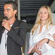 NLD/Diemen/20160831 - Samenwerkingsverband tussen Etos en Woezel & Pip met Dinand Woesthoff en Lucy Hopkins, Dinand Woesthoff en partner Lucy Hopkins  met hun pasgeboren dochter Leia Guusje