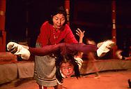 Mongolia. Ulaanbaatar. circus school for children Oulan†Bator    /  ecole de cirque pour enfants; Oulan†Bator contorsionisme  /  R221/35    L921008c  /  P0002755